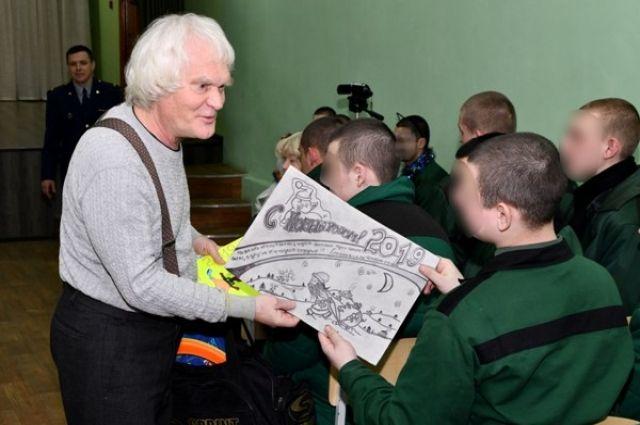 Подростки подарили Юрию Куклачеву открытки, сделанные своими руками.