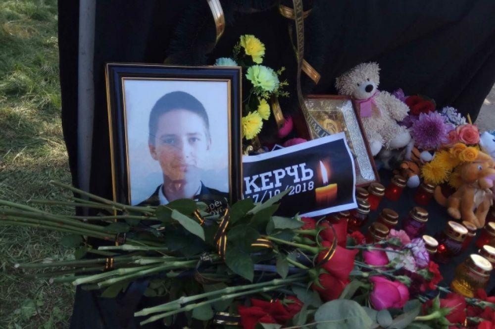 Массовое убийство в Керчи. На фото: жители Геленджика возлагают цветы в память о жертвах трагедии в колледже.
