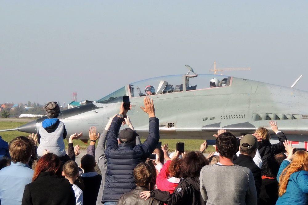 80-летие Краснодарского авиаучилища. На фото: зрители приветствуют лётчика из пилотажной группы «Стрижи» после авиашоу в честь юбилея вуза.