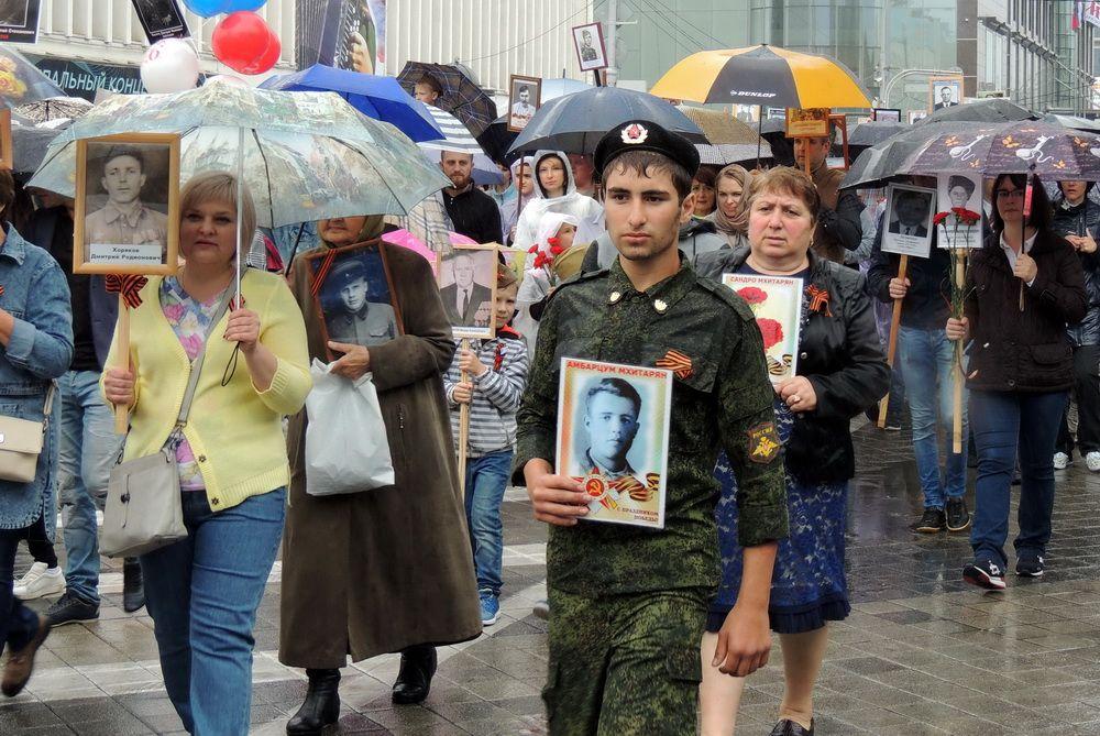 На Кубани отметили 73-ю годовщину Победы. На фото: дождь не испугал участников акции «Бессмертный полк» в Краснодаре.