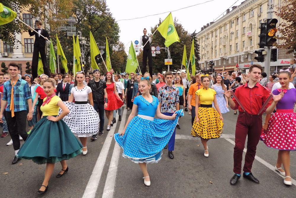 225 лет столице Кубани. На фото: молодёжное шествие в честь Дня города Краснодара.