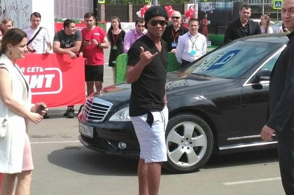 Роналдиньо приехал в Краснодар. На фото: легенда футбола приветствует кубанских болельщиков своим фирменным жестом.