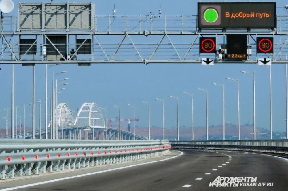 Открыт Крымский мост. На фото: рано утром 16 мая 2018 года первые автомобили пересекли Керченский пролив своим ходом.