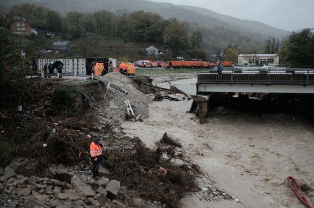 Наводнение в Туапсе. На фото: вода разрушила мост через реку Цыпка.