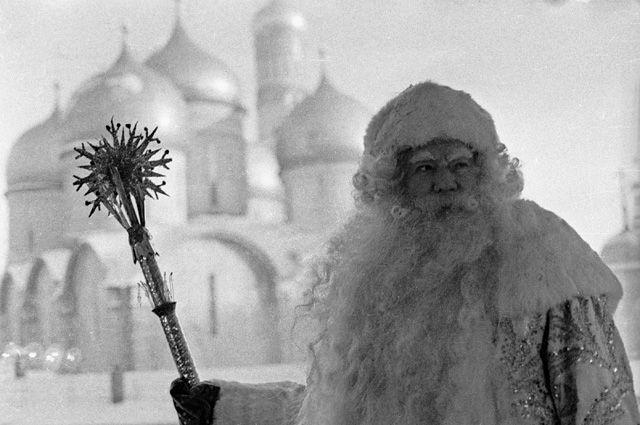 Александр Хвыля исполняет роль Деда Мороза на новогодней елке в Кремле, 1969 г.