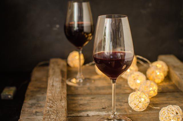Шардоне, рислинг и хреновуха. Какие напитки подходят к холодцу и оливье