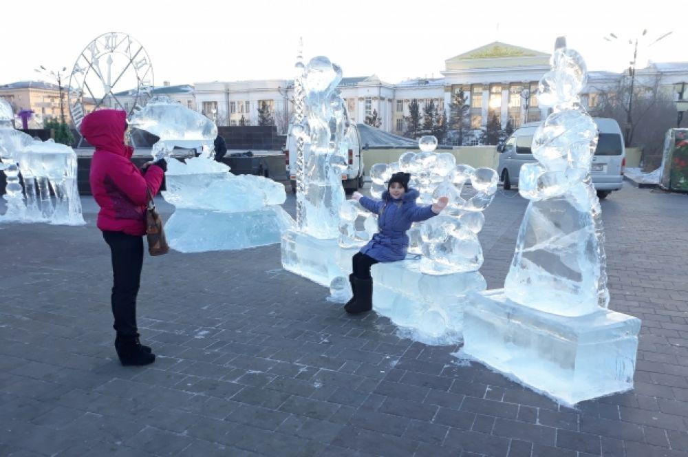 Центральную площадь Читы украшают ледяные скульптуры.