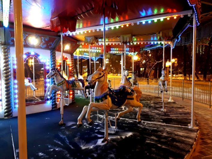 Веселые лошадки - карусель на Цветном бульваре в Тюмени.