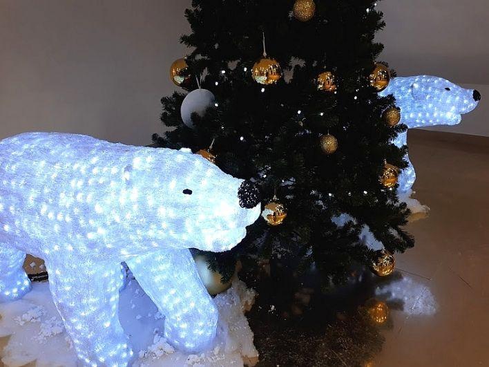 Белые медведи бродят возле елки в тюменском ЦУМе.