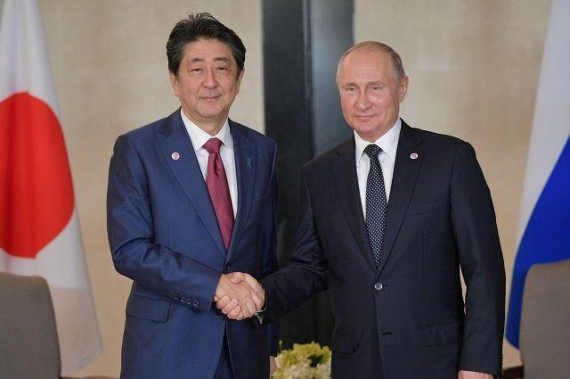 Руководитель МИД Японии объявил оготовности обговаривать мирный договор сРФ