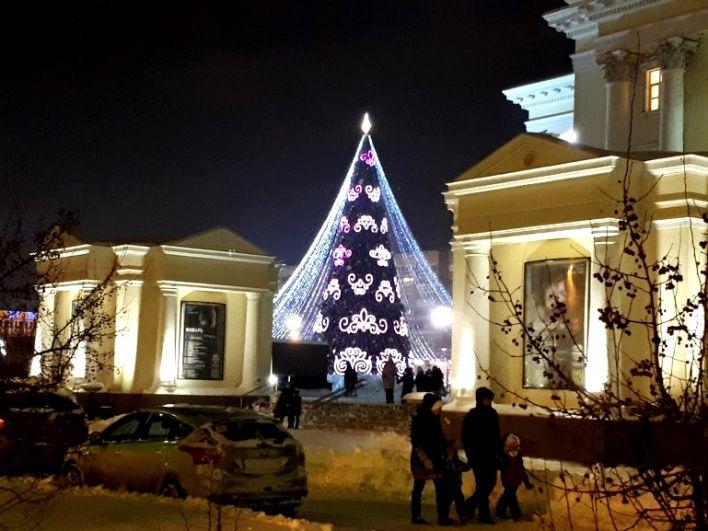 Главная елка возле драмтеатра в Тюмени.