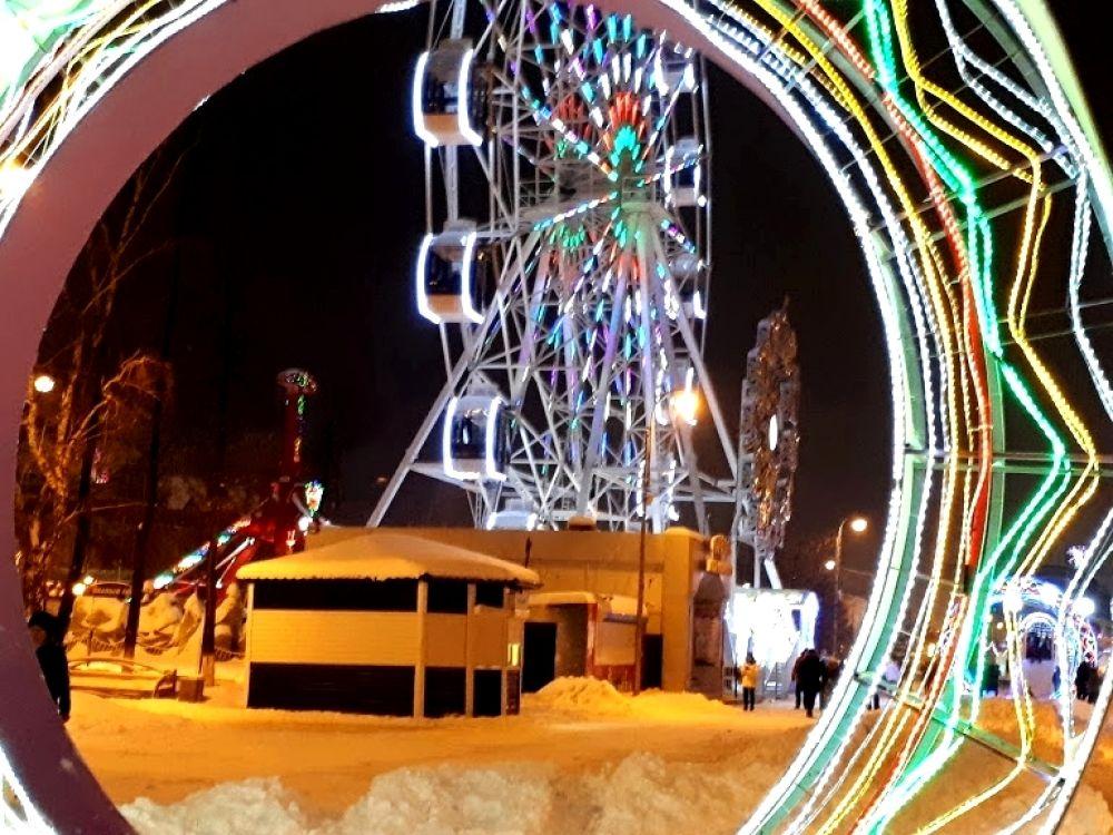 Вид на Колесо обозрения в свете новогодних огней, Тюмень.
