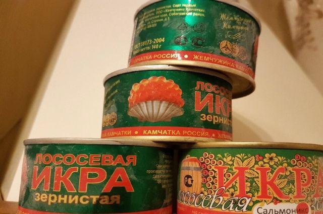 В Оренбурге и Бузулуке изъято 56 банок красной икры без документов.