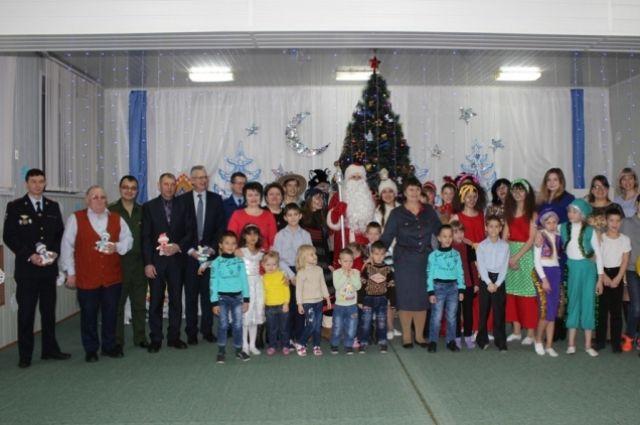 «Полицейский Дед Мороз» вручил ребятам подарки.