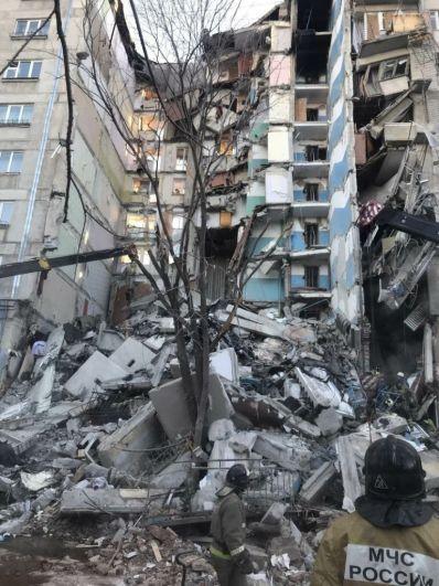 Обрушились перекрытия с 3 по 9 этаж.