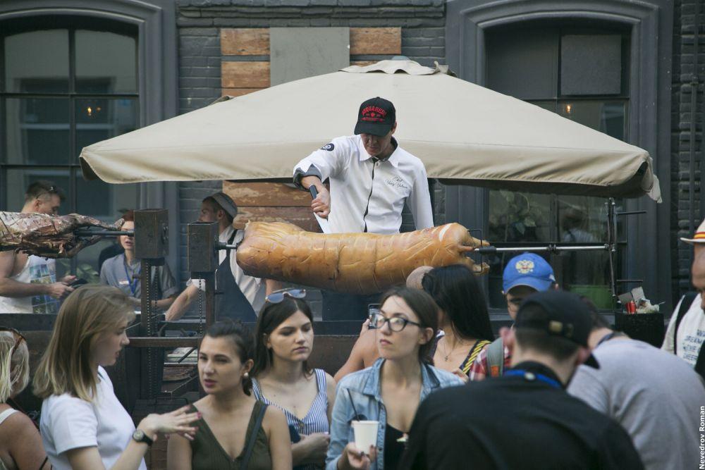 На фестивале приготовления уличной еды в Ростове-на-Дону повара различных компаний, кафе и ресторанов готовили для гостей блюда на мангалах и огне.