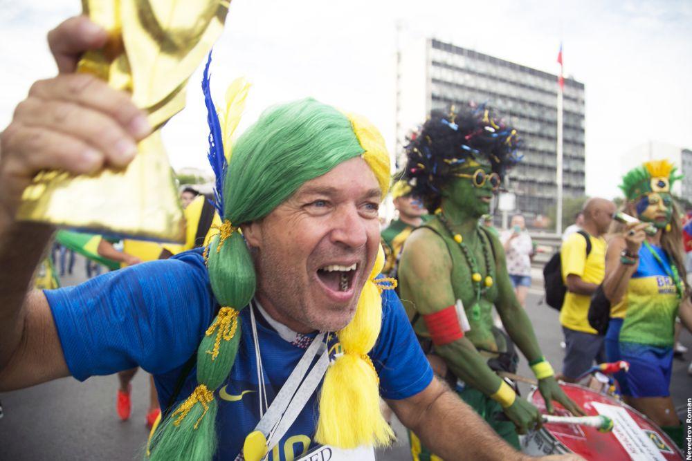 чемпионат мира по футболу. Бразильские болельщики устроили настоящий карнавал перед матчем Бразилия - Швейцария.
