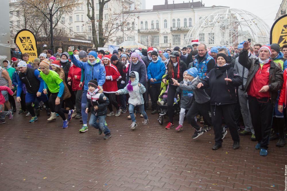 Около двух тысяч человек приняли участие в новогоднем забеге в Ростове 1 января 2018 года.