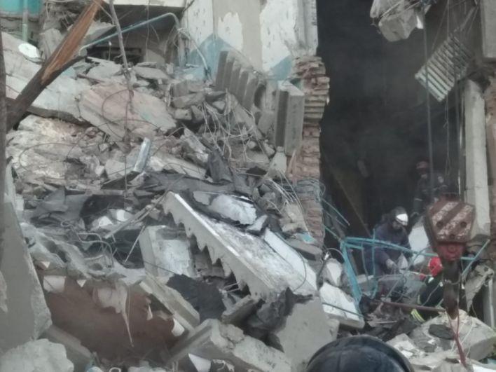 Пока на месте обрушения работают специалисты, эвакуированных жильцов размещают в соседней школе и общежитиях.