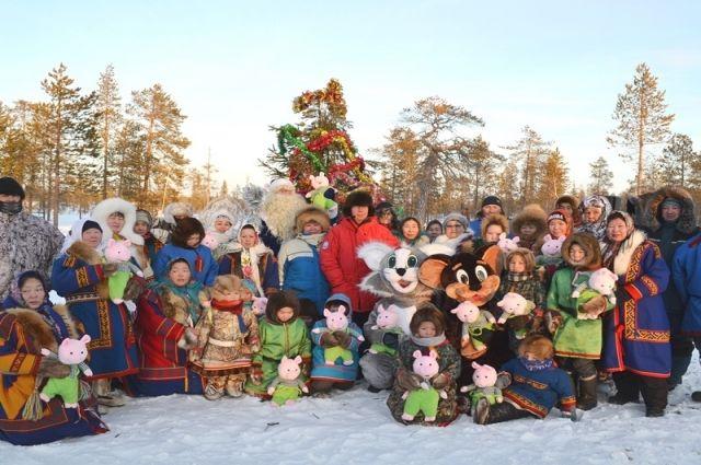 К детям Харампуровской тундры Дед Мороз прилетел на вертолете