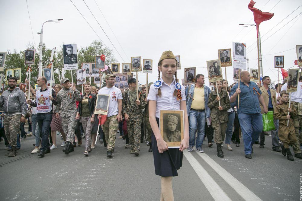 Более 100 тысяч жителей Ростова-на-Дону приняли участие в шествии «Бессмертного полка» 9 мая 2018 года.