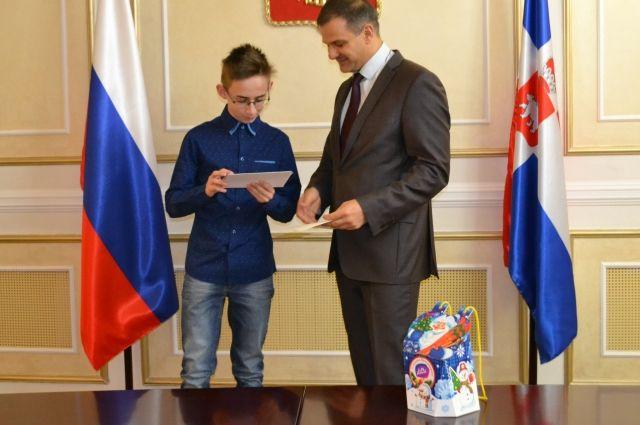 Сергей Половников вручил послание президента восьмикласснику пермской школы №44 Игорю Горохову.