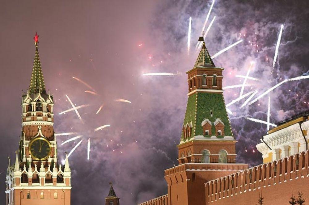 Праздничный салют, посвященный встрече Нового года, в Москве.