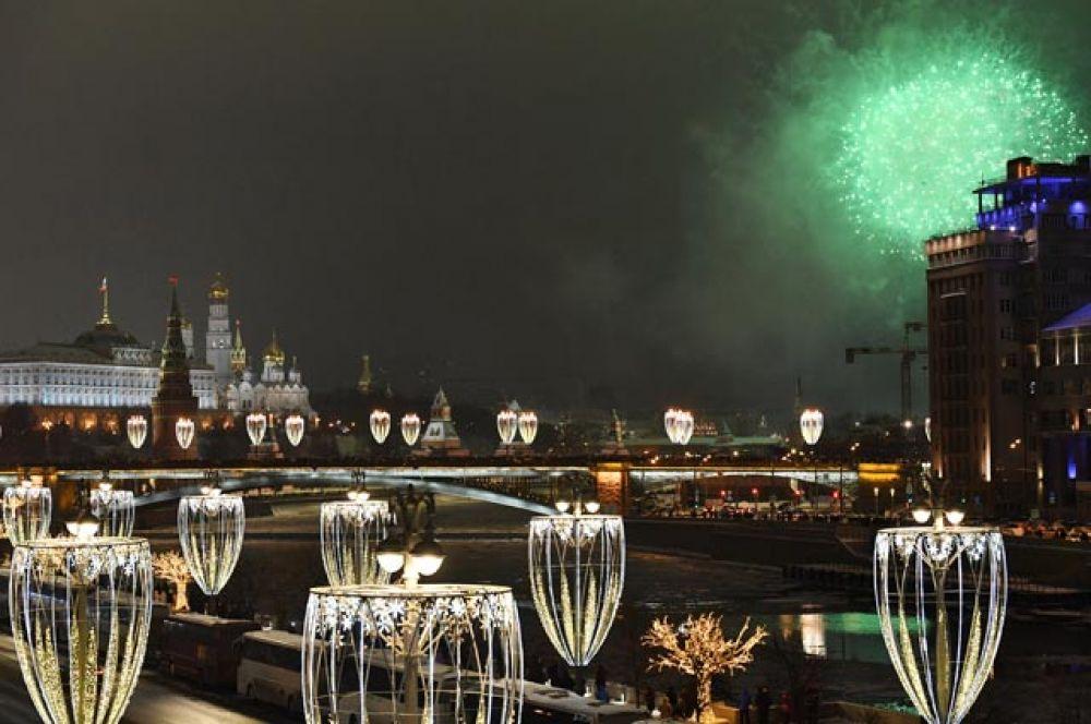 Праздничный салют в Москве в новогоднюю ночь.