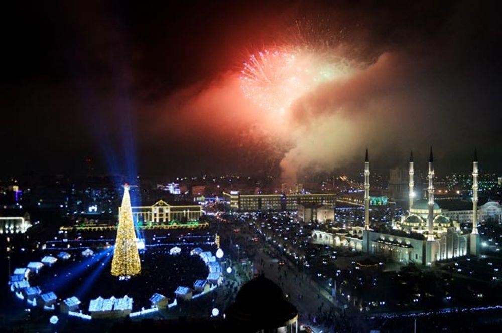 Салют во время празднования Нового года - 2019 в Грозном.