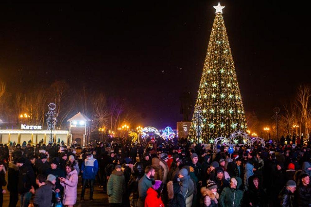 Местные жители на праздновании Нового года на площади Ленина в Южно-Сахалинске.