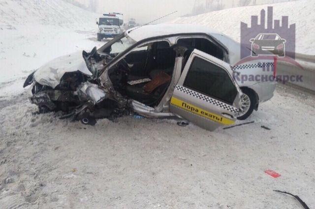 Водителя Renault Logan его 15-летнюю пассажирку госпитализировали