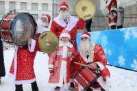 В поселке Винзили жителей поздравляли сразу несколько Дедов Морозов