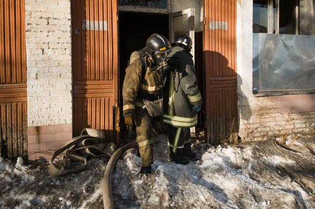 Когда пожарные тушили огонь, они нашли обгоревший труп мужчины. Сейчас устанавливается его личность.