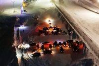 На большой площадке северяне выстроили из автомобилей светящуюся снежинку и цифры наступающего 2019 года