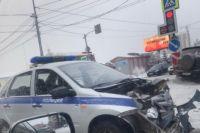 По словам очевидцев, сирену полицейский автомобиль включил только перед перекрестком и поехал на красный свет, не притормаживая