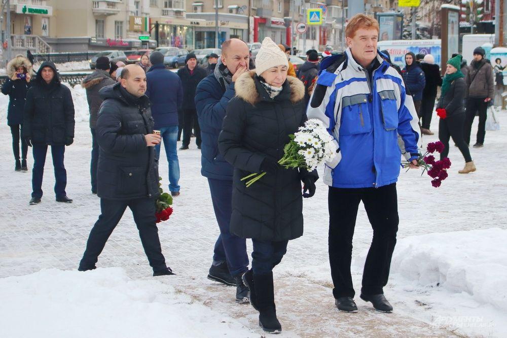 Среди челябинцев, пришедших почтить память жертв трагедии, был и врио главы города Владимир Елистратов.