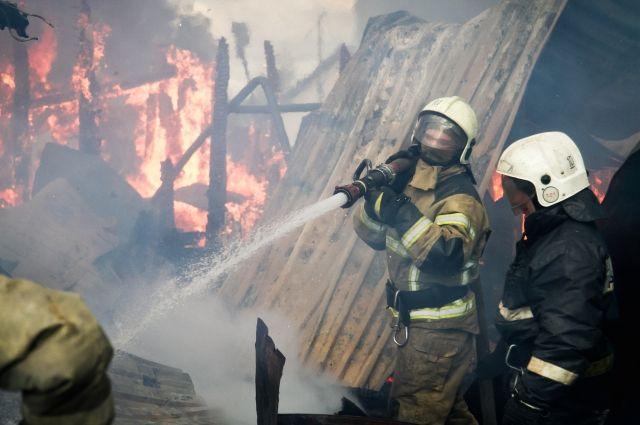 В Омской области горят частные дома и бани