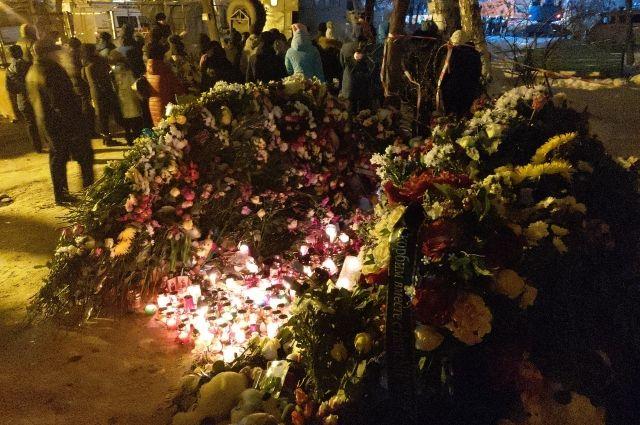 Недалеко от разрушенного подъезда образовался стихийный мемориал - горожане несли к этому месту цветы, свечи и игрушки.