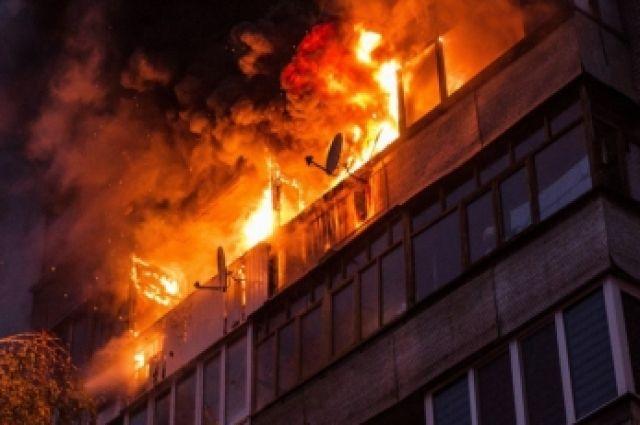 Ев пожаре в Оренбурге эвакуировано 18 человек, спасены двое.