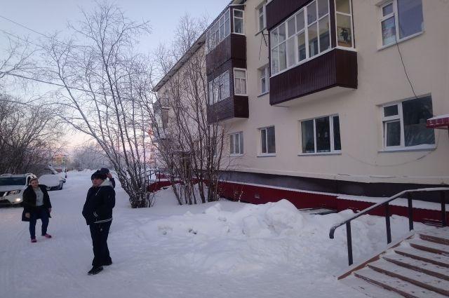 Салехардцы из дома, в котором обнаружили трещины, не хотят переезжать