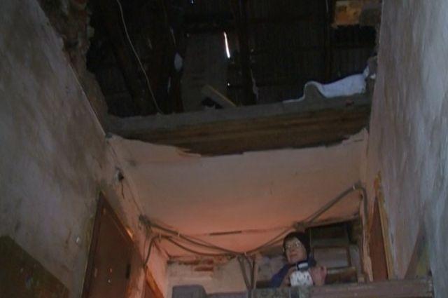 В жилом доме в Козульке на мужчину обрушился потолок.