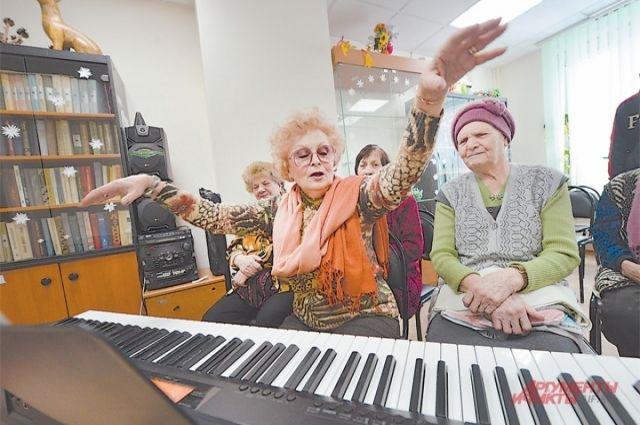 Тюменские мамы с детьми организовали новогоднее представление для бабушек
