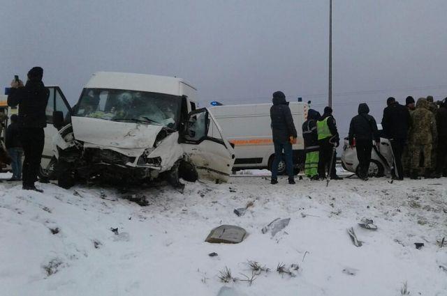 Столкнулись пассажирский микроавтобус и легковой автомобиль, оба марки Ford.