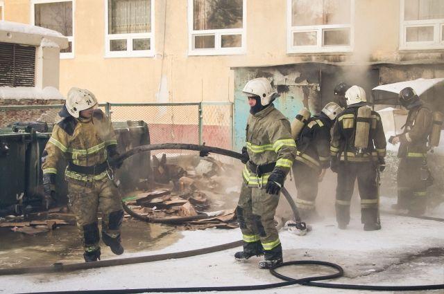 Омские пожарные спасли 20 человек из горящего дома