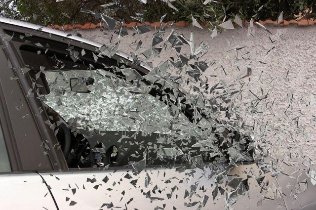 На трассе в Омской области иномарка врезалась в пассажирский автобус