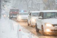 Некоторые участки дорог на трассах государственного значения в Украине до сих пор остаются заснеженными.