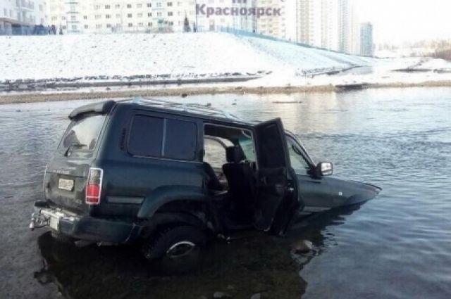 Водитель съехал в воду в районе пешеходного моста, расположенном на улице Судостроительной у дома №177