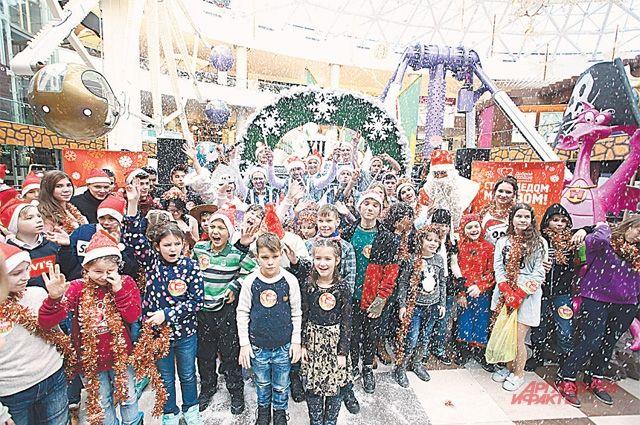 Помощники Деда Мороза исполнили желания всех – и больных, и здоровых детей!