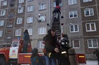 Общежитие в Усолье-Сибирском. Из-за задымления подъезда людей пришлось эвакуировать через окно.