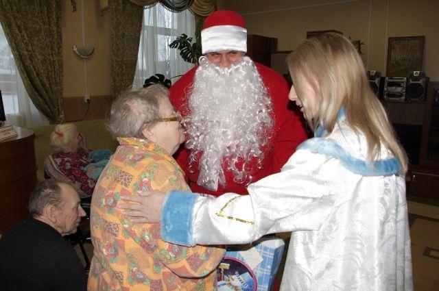 Дед Мороз со Снегурочкой вручили пенсионерам новогодние подарки.